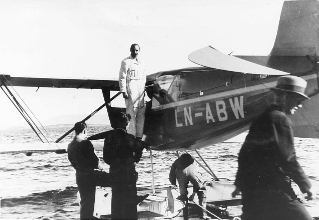 Viggo Widerøe before the departure of the first flight to Haugesund.